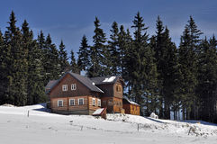 Chalet im Winter Stockfotos