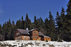 Chalet im Winter Lizenzfreie Stockbilder