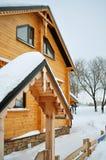 Chalet, maison en bois et neige Images stock