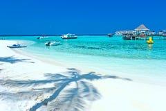 Chalet maldivo del agua - casas de planta baja Fotos de archivo libres de regalías