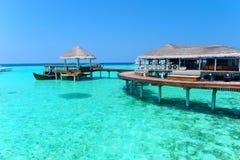 Chalet maldivo del agua - casas de planta baja Imágenes de archivo libres de regalías
