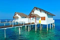Chalet maldivo del agua - casas de planta baja Foto de archivo