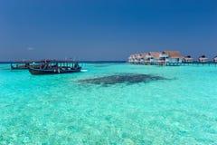 Chalet maldivo del agua y mar azul Imagenes de archivo