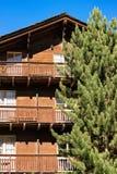 Chalet met balkon in toevluchtstad Zermatt Zwitser stock foto