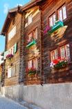 Chalet met bloemen bij het dorp Zwitserland van balkonszermatt in CH royalty-vrije stock fotografie