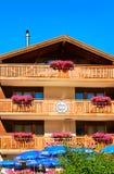 Chalet met bloemen op de stad Zermatt Zwitserse CH van de balkonstoevlucht stock afbeeldingen