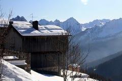 Chalet met de Sneeuw Stock Afbeeldingen