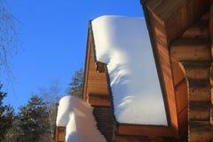 Chalet met sneeuw op het dak stock foto's
