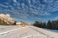 Chalet met sneeuw op Oostenrijkse berg Stock Afbeeldingen