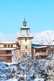 Chalet met toren tegen blauwe hemel royalty-vrije stock foto's