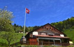 Chalet met Zwitserse vlag royalty-vrije stock foto