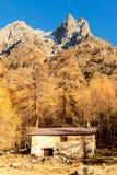 Chalet minuscolo nelle alpi italiane con un panorama colourful Immagini Stock Libere da Diritti