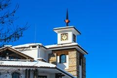 Chalet mit Turm gegen blauen Himmel stockfoto