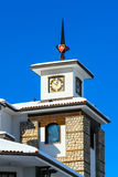 Chalet mit Turm gegen blauen Himmel stockbild