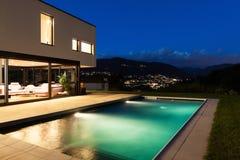 Chalet moderno con la piscina Fotografía de archivo libre de regalías