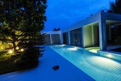 Chalet moderno de la piscina Imágenes de archivo libres de regalías