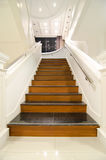 Chalet moderno interior, escalera de madera Imagen de archivo