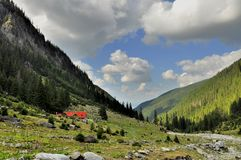 Chalet nella valle della montagna Immagini Stock Libere da Diritti