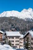 Chalet nelle alpi Stazione sciistica della montagna con neve Immagini Stock Libere da Diritti