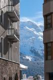 Chalet nelle alpi Stazione sciistica della montagna con neve Fotografia Stock Libera da Diritti