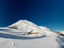 Chalet nelle montagne, soleggiate Fotografie Stock Libere da Diritti