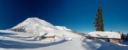 Chalet nelle montagne, soleggiate Immagini Stock Libere da Diritti