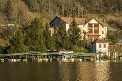 Chalet op het meer stock foto