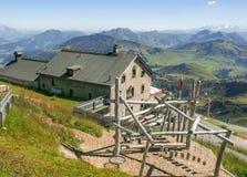 Chalet op Kitzbuhel-piek in Tirolean Alpen, Oostenrijk stock afbeelding