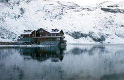 Chalet op Meer Balea en omringd door bergen stock fotografie
