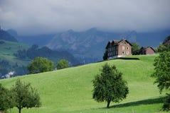 Chalet op Zwitserse berg stock afbeelding