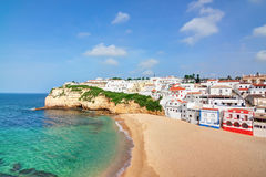 Chalet portugués en la playa de Carvoeiro con el mar azul claro. Imágenes de archivo libres de regalías