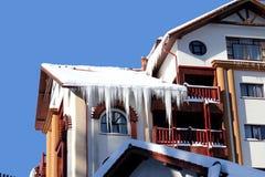 Chalet in Predeal met het berijpen van de wintertoevlucht in Roemenië stock fotografie