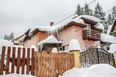 Chalet in Predeal met het berijpen van de wintertoevlucht in Roemenië stock foto's