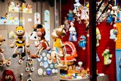 Chalet que vende los juguetes de madera de la Navidad Fotos de archivo