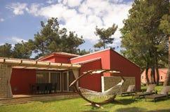 Chalet rojo de lujo Fotografía de archivo libre de regalías