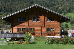 Chalet rurali a Wilen sulle alpi svizzere Fotografie Stock