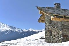 Chalet rustico in alta montagna Fotografia Stock Libera da Diritti