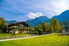 Chalet in Schoenau am Koenigssee, Konigsee, het Nationale Park van Berchtesgaden, Beieren, Duitsland stock foto