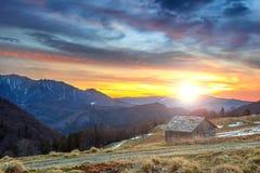 Chalet sgangherato e bello tramonto, montagne di Ciucas, Carpathians, Romania, Europa Fotografia Stock