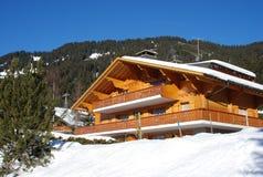Chalet suizo en invierno Imagen de archivo