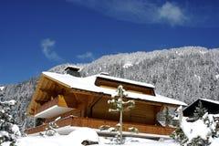 Chalet suizo en invierno Imágenes de archivo libres de regalías