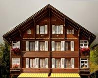 Chalet suizo tradicional Foto de archivo libre de regalías