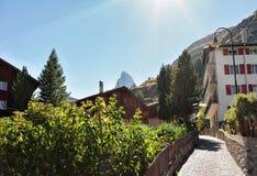 Chalet svizzeri tradizionali alla sommità del Cervino e di Zermatt Immagine Stock