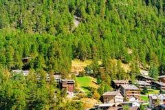 Chalet svizzeri tradizionali di legno in montagne della città CH di Zermatt immagini stock libere da diritti