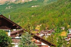 Chalet svizzeri tradizionali di legno in montagne di Zermatt CH fotografia stock