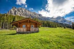 Chalet svizzero di legno in alpi svizzere vicino a Kandersteg e a Oeschinnensee, Svizzera, Europa Fotografia Stock Libera da Diritti