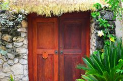 Chalet-Tür, Strohdach, Rarotonga, Koch Islands Lizenzfreie Stockbilder