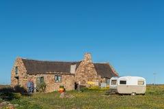 Chalet, toiletfaciliteiten en een caravan bij Matjiesfontein-landbouwbedrijf royalty-vrije stock fotografie