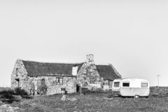 Chalet, toiletfaciliteiten en een caravan bij Matjiesfontein-landbouwbedrijf zwart-wit royalty-vrije stock afbeeldingen