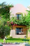 Chalet tropical con el jardín Fotografía de archivo libre de regalías